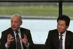 Yasuhisa Arai, 本田赛车首席执行官,和罗恩·丹尼斯,迈凯伦主席和CEO