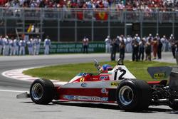 Jacques Villeneuve pilote la Ferrari 312T3 de son père pour un tour de démonstration