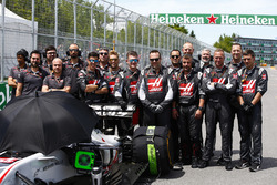 Haas F1 engineers op de grid met de wagen van Romain Grosjean, Haas F1 Team VF-18