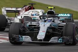 Valtteri Bottas, Mercedes AMG F1 W09, devant Marcus Ericsson, Sauber C37