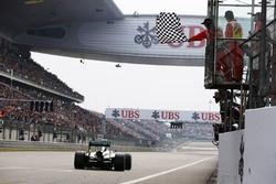Lewis Hamilton, Mercedes W05, passe sous le drapeau à damier