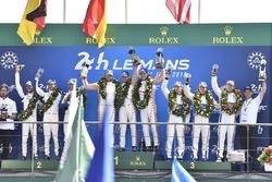 Le podium du LMGTE Pro : les vainqueurs Michael Christensen, Kevin Estre, Laurens Vanthoor, Porsche GT Team, les deuxièmes, Richard Lietz, Gianmaria Bruni, Frederic Makowiecki, Porsche GT Team, les troisièmes, Joey Hand, Dirk Müller, Sébastien Bourdais, Ford Chip Ganassi Racing