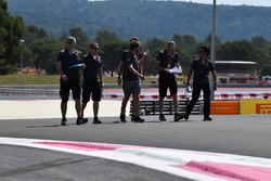 Romain Grosjean, Haas F1 parcourt la piste à pied