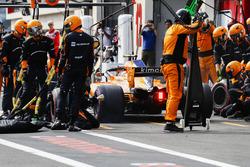 Stoffel Vandoorne, McLaren MCL33, dans les stands