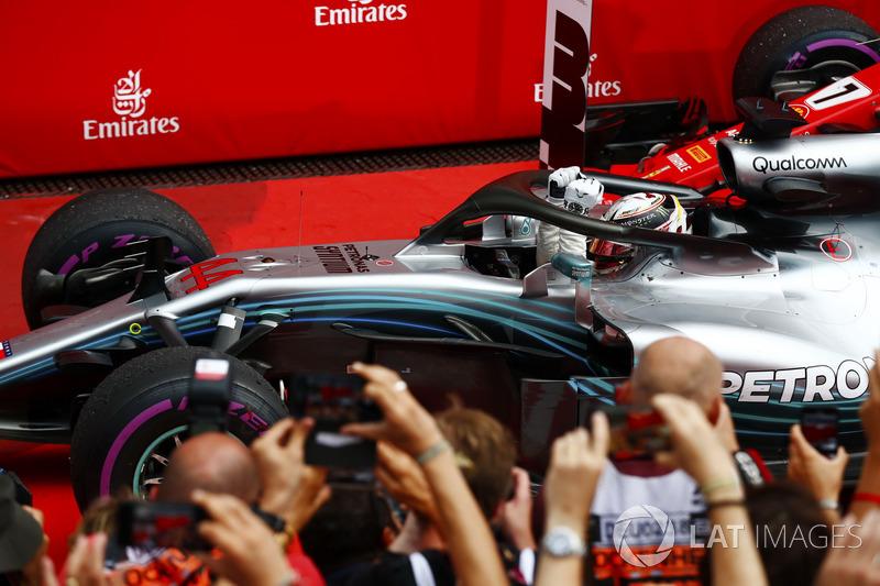 Lewis Hamilton, Mercedes AMG F1, festeggia nel parco chiuso