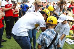 Carlos Sainz Jr., Renault Sport F1 Team, meets the grid kids