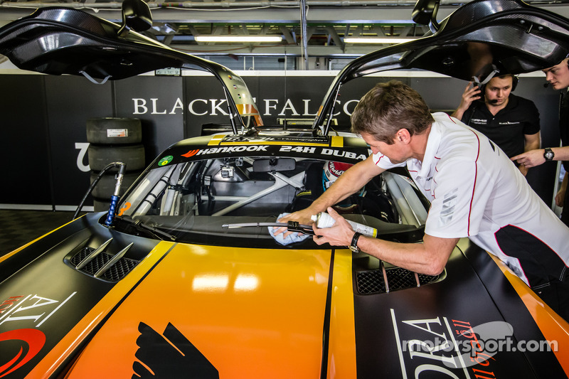 Bernd Schneider membersihkan windshield sementara Jeroen Bleekemolen menunggu di dalam mobil