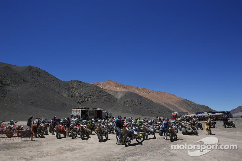 Motorräder im Biwak