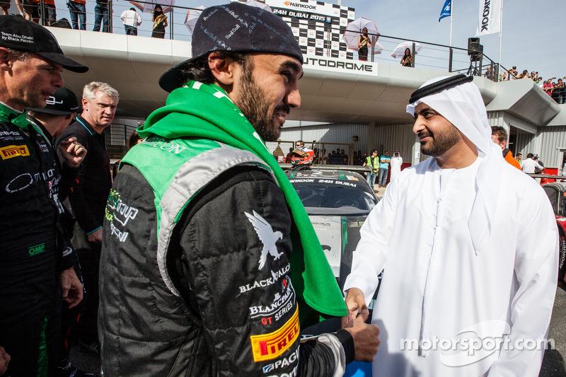 الفائز بالسباق، عبدالعزيز الفيصل، يحتفل مع أصدقائه