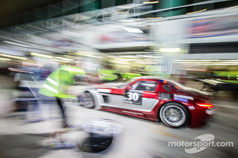 Boxenstopp für #30 Ram Racing, Mercedes SLS AMG GT3: Cheerag Arya, Thomas Jäger, Tom Onslow-Cole, Ad