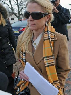 Patricia Driscoll sale de sale de la corte familiar del Condado de Kent después de la audiencia sobre los cargos de maltrato sobre Kurt Busch