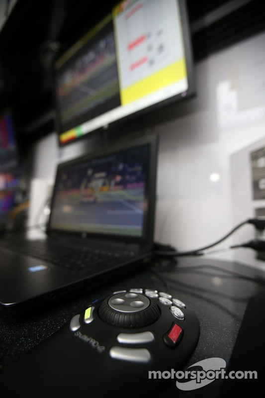 Monitores transmitim informações para os dirigentes da NASCAR