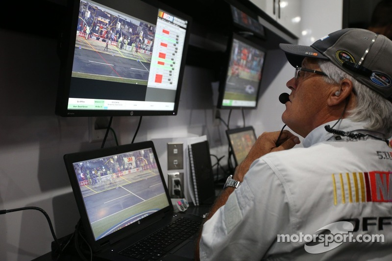 Monitors convey information from pit road to NASCAR Офіційні особи
