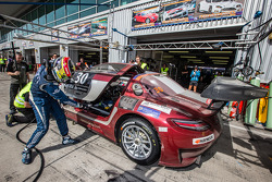 Pit stop para o # 30 Ram Corrida Mercedes SLS AMG GT3: Cheerag Arya, Thomas Jäger, Tom Onslow-Cole,