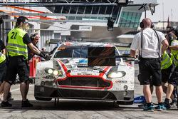 Pit stop para o # 28 KPM Corrida de Aston Martin Vantage GT3: Paul White, Stefan Mücke, Jonny Adam