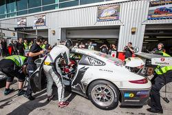 Pit stop para o # 25 Black Falcon Porsche 991 Cup: Burkard Kaiser, Manuel Metzger, Christian Raubach