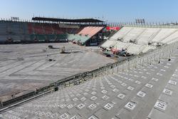 أعمال البناء في ساحة الملعب