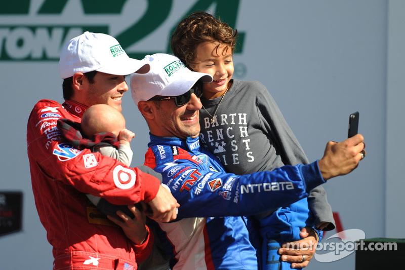 1. Kyle Larson und Tony Kanaan machen ein Selfie mit ihren Kindern