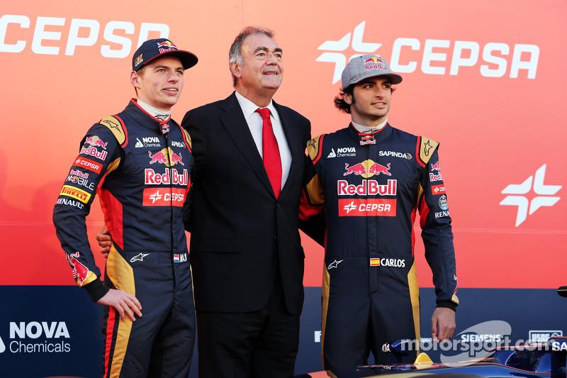 (da sinistra a destra): Max Verstappen, Scuderia Toro Rosso con il Vice Presidente Marketing di Ceps