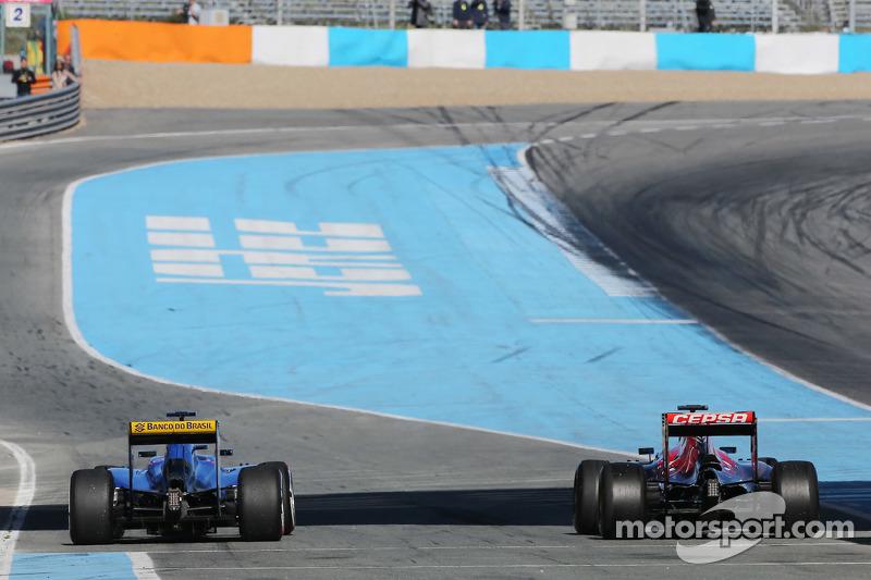 (da sinistra a destra): Marcus Ericsson, Sauber C34 e Carlos Sainz Jr., Scuderia Toro Rosso STR10 alla fine della pit lane