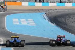 (E para D): Marcus Ericsson, Sauber C34 e Carlos Sainz Jr., Scuderia Toro Rosso STR10 no final dos boxes