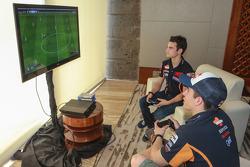 Dani Pedrosa und Marc Marquez, Repsol Honda Team, spielen Videospiele