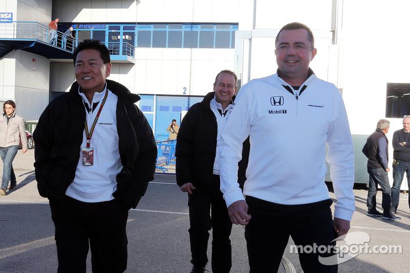 (从左到右)Yasuhisa Arai,本田运动总监,和埃里克·布里尔,迈凯伦赛事总监
