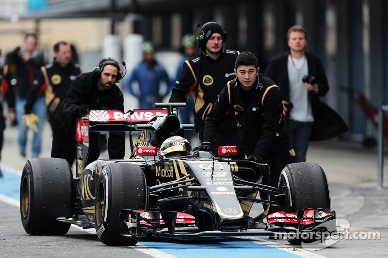 Pastor Maldonado, Lotus F1 E23, wird von den Mechanikern durch die Boxengasse geschoben