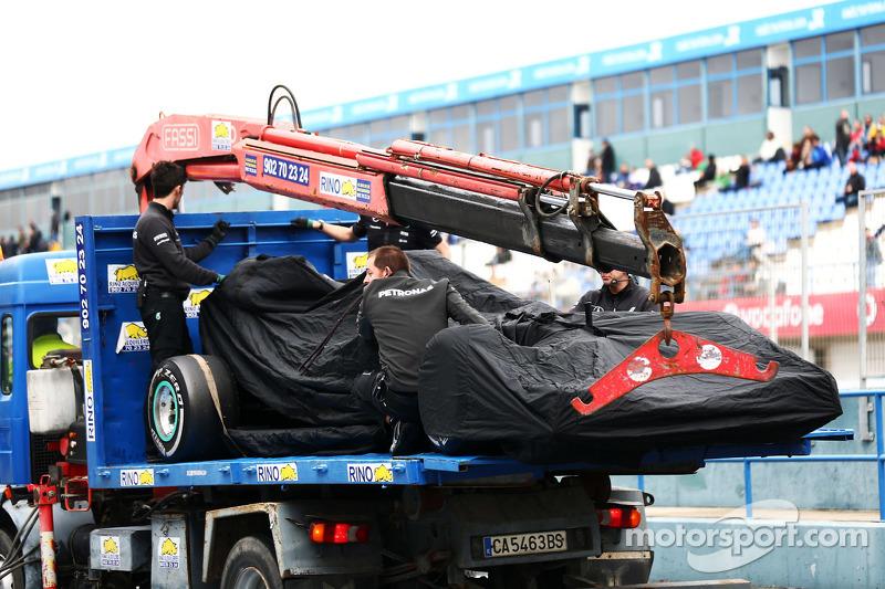 Der Mercedes AMG F1 W06 von Nico Rosberg, Mercedes AMG F1, wird per Lastwagen zurück in die Box gebr
