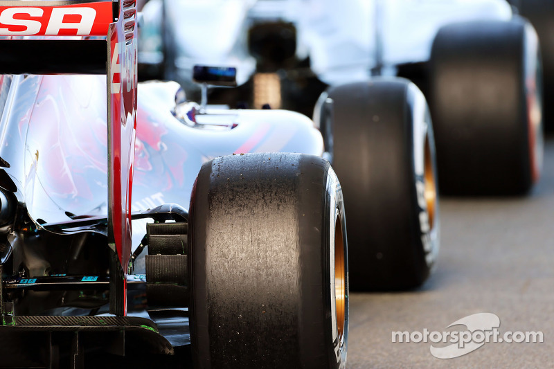 Макс Ферстаппен, Scuderia Toro Rosso STR10 та Льюїс Хемілтон, Mercedes AMG F1 W06 на виїзді з піт-ле