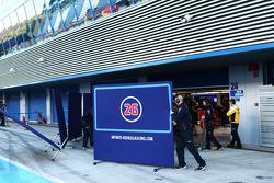 Daniil Kvyat, Red Bull Racing RB11 covered by screens на піт-лейні