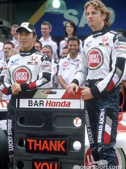 Photoshoot BAR-Honda : Jenson Button et Takuma Sato posent avec les membres de l'équipe BAR-Honda