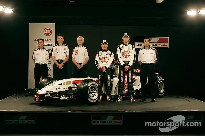 Shoichi Tanaka, Nick Fry, Geoff Willis, Takuma Sato, Jenson Button and Takeo Kiuchi with the new BAR Honda 007