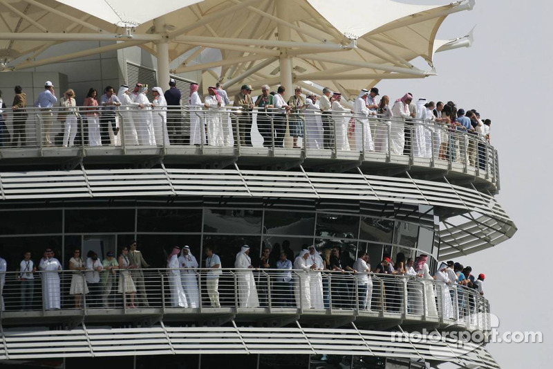 Aficionados a las carreras en el circuito internacional de Bahrein