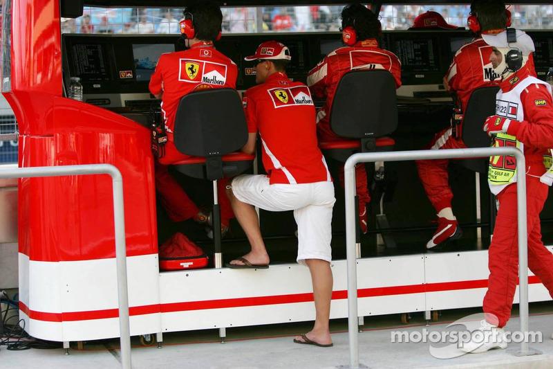 Michael Schumacher mira el final de la carrera en la pared de pit