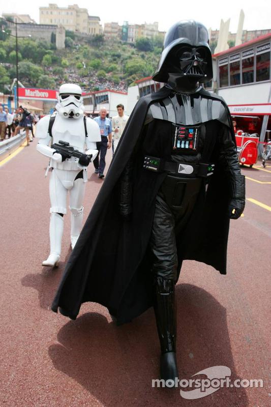 (F1) Darth Vader camina por el en pitlane