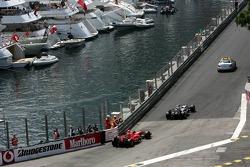 La voiture de sécurité devant Kimi Räikkönen