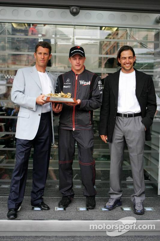 Kimi Raikkonen recibe el trofeo de Steinmetz