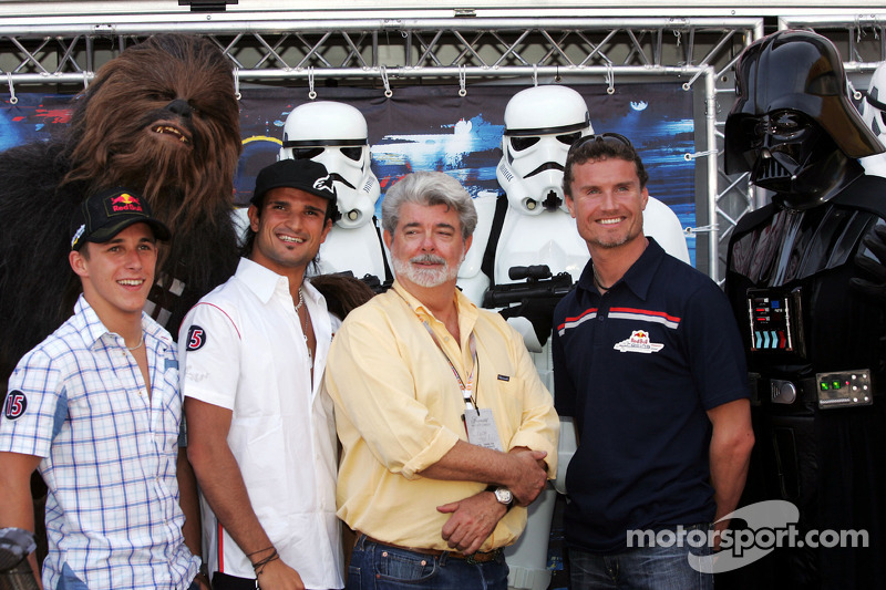 Christian Klien, Vitantonio Liuzzi y David Coulthard con George Lucas y Darth Vader