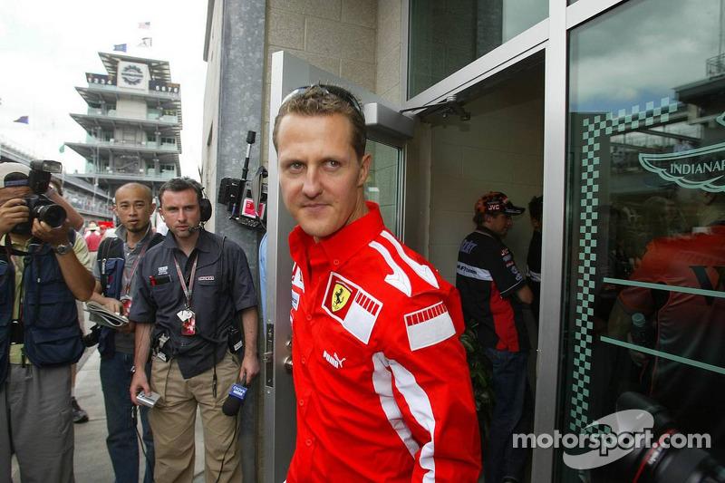Michael Schumacher sale de la reunión de Michelin