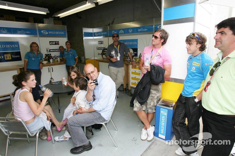 Fernando Alonso mira la carrera