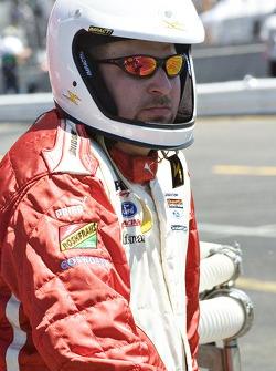 Cristiano da Matta's crew wait