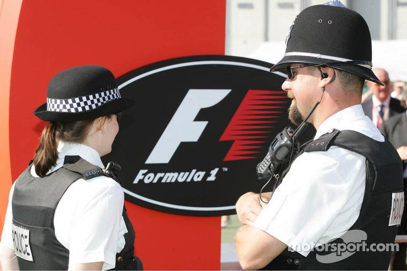 Policía en el trabajo en el paddock