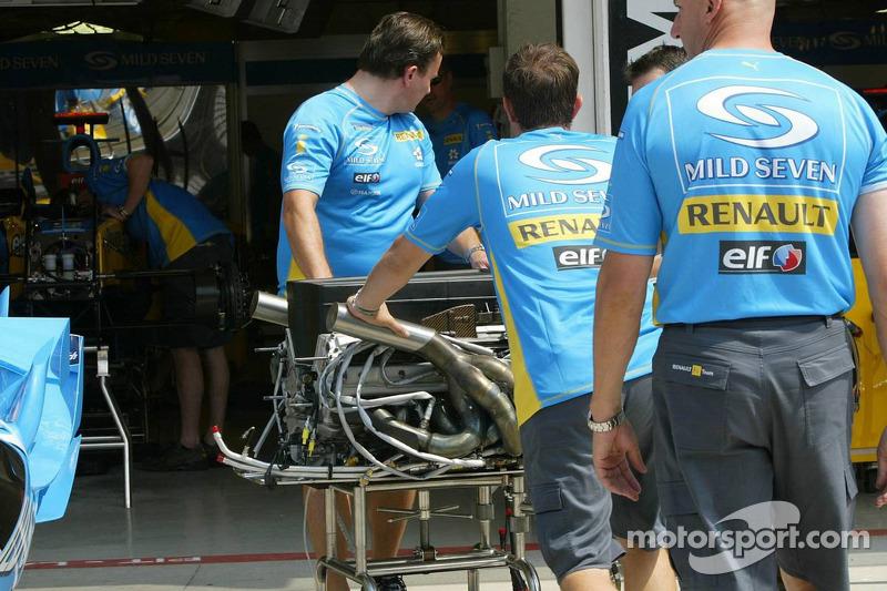 Miembros del equipo Renault F1 en el trabajo