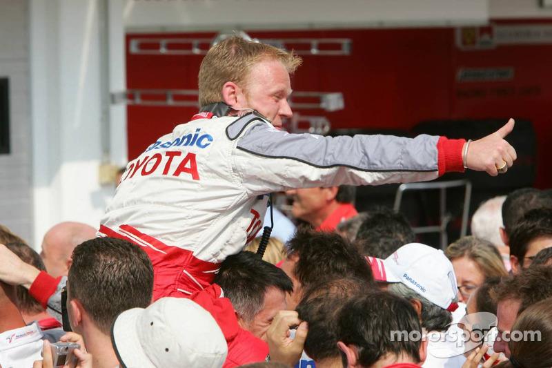 Los miembros del equipo Toyota celebran
