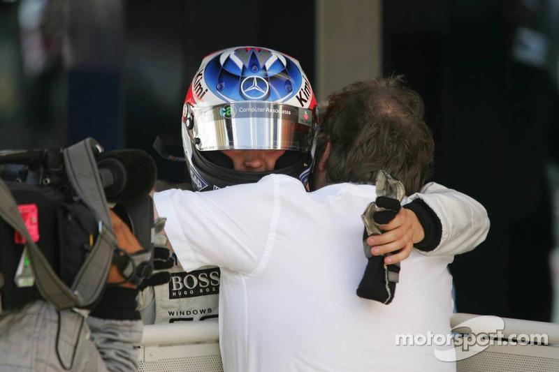 Yarış galibi Kimi Raikkonen'in Norbert Haug ile kutlaması