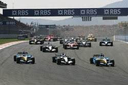 Start: Giancarlo Fisichella takes the lead ahead of Kimi Raikkonen and Fernando Alonso