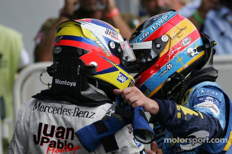 Ganador de la carrera Juan Pablo Montoya celebra con Fernando Alonso
