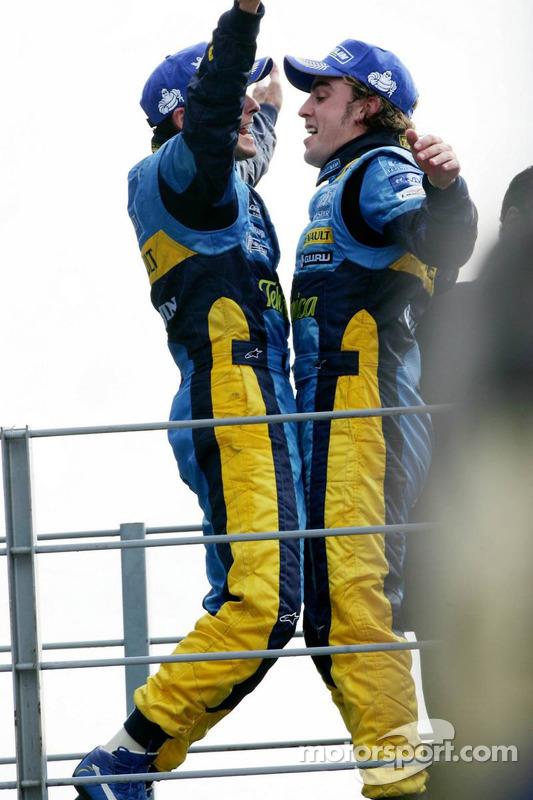 Podio: tercer lugar Giancarlo Fisichella y el segundo lugar Fernando Alonso celebran