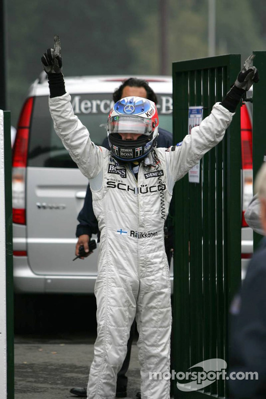 Ganador d ela carrera Kimi Raikkonen celebra